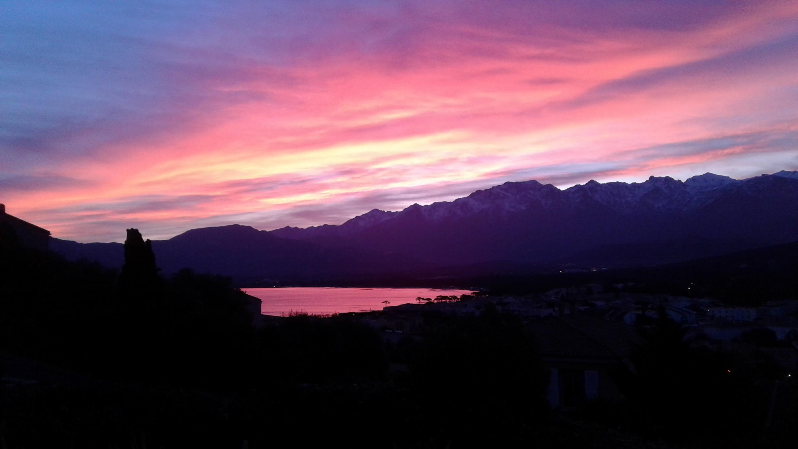 La photo du jour : Lever de Soleil en couleurs sur Calvi
