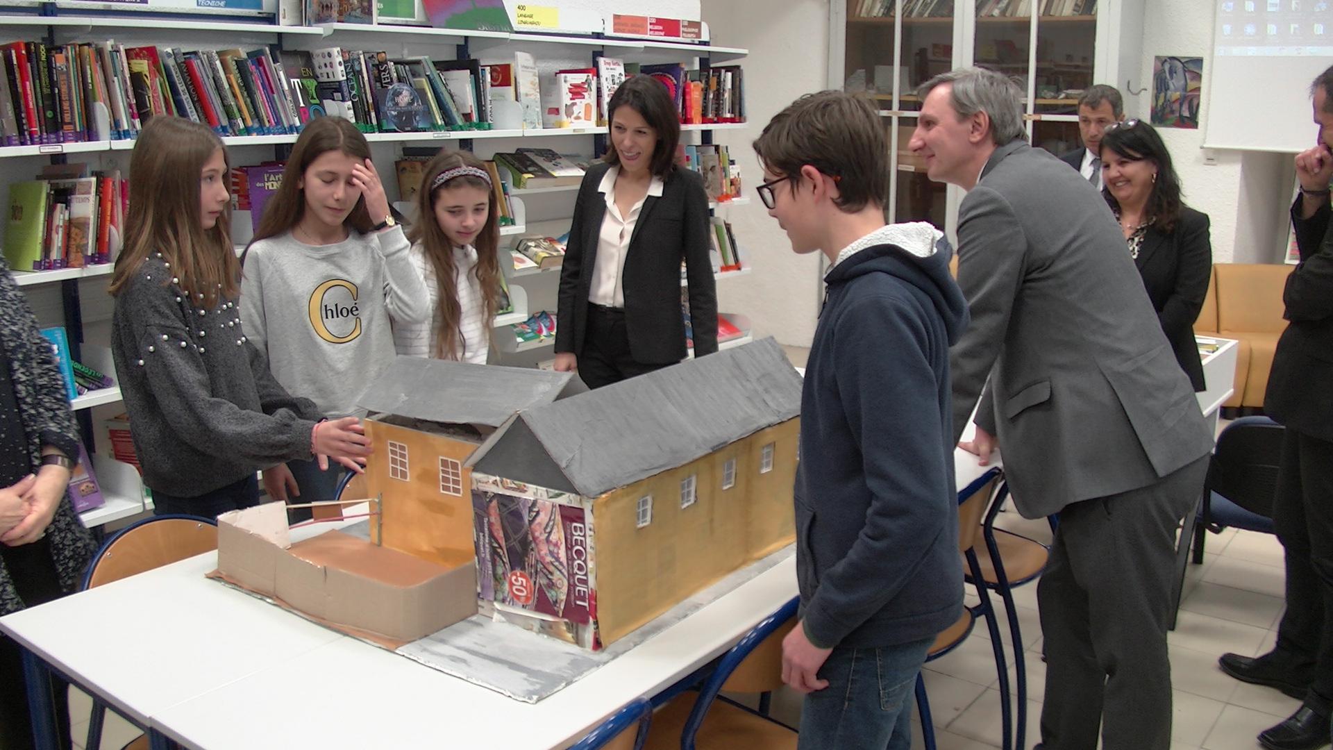 La maquette du collège Simon Vinciguerra présentée à la rectrice par les élèves de 5ème 3.