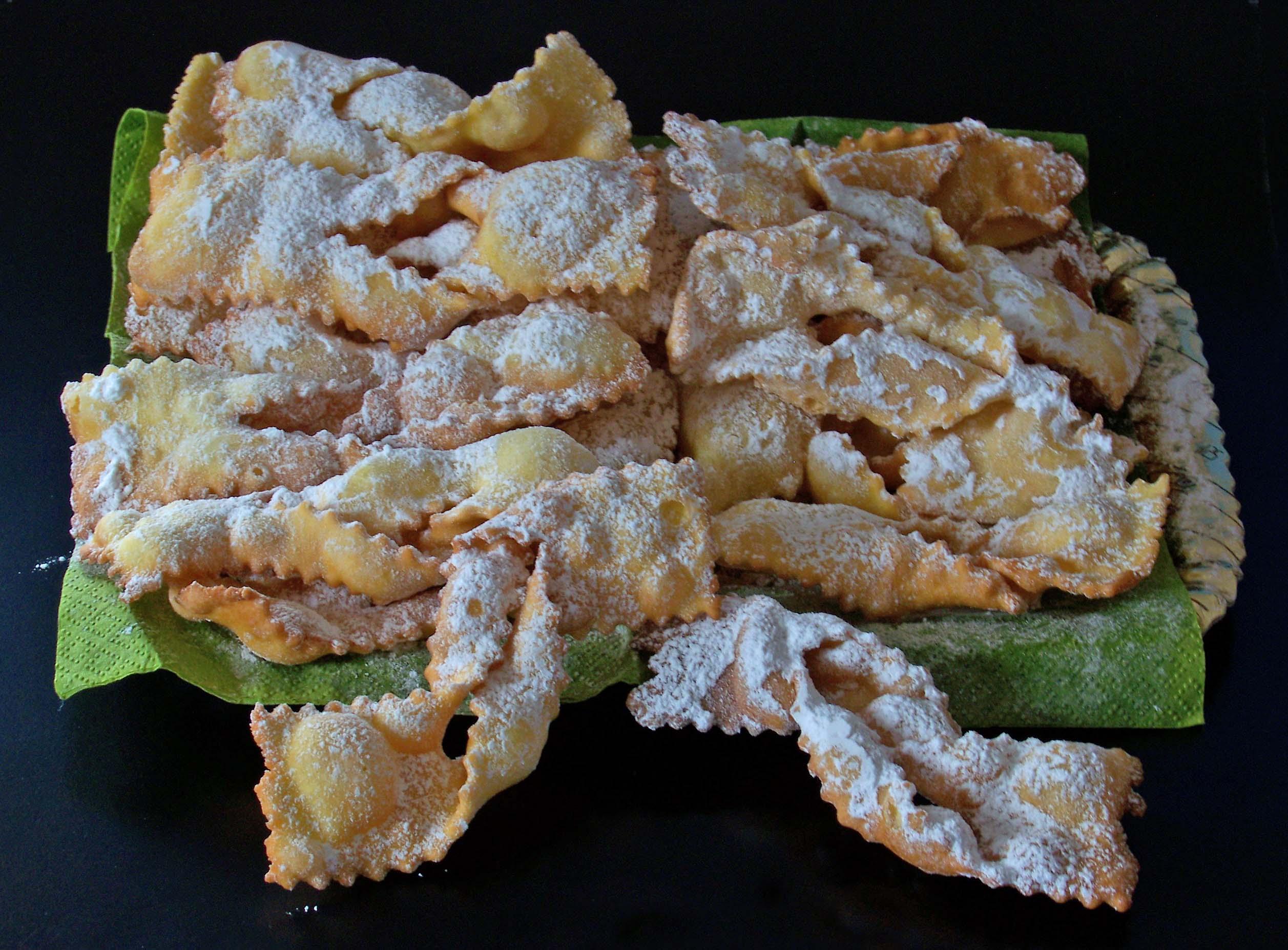 A table : Les chiacchiere, les beignets de carnaval  italiens