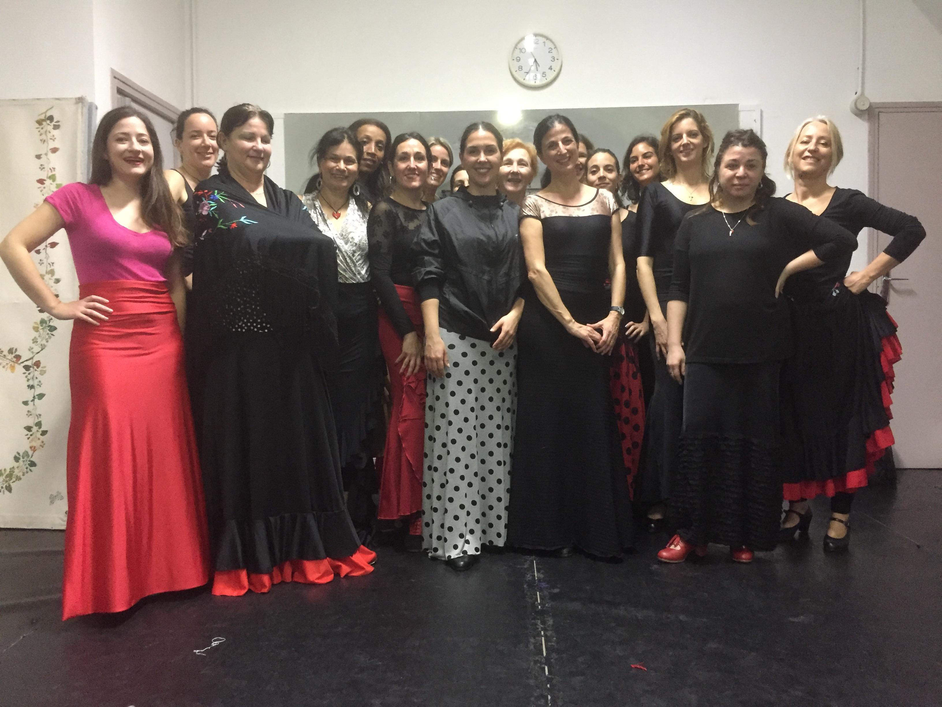 La talentueuse Laura Santamaria (robe à pois noirs) entourée de toute la troupe d'Arte Flamenco de Anne Guidicelli.
