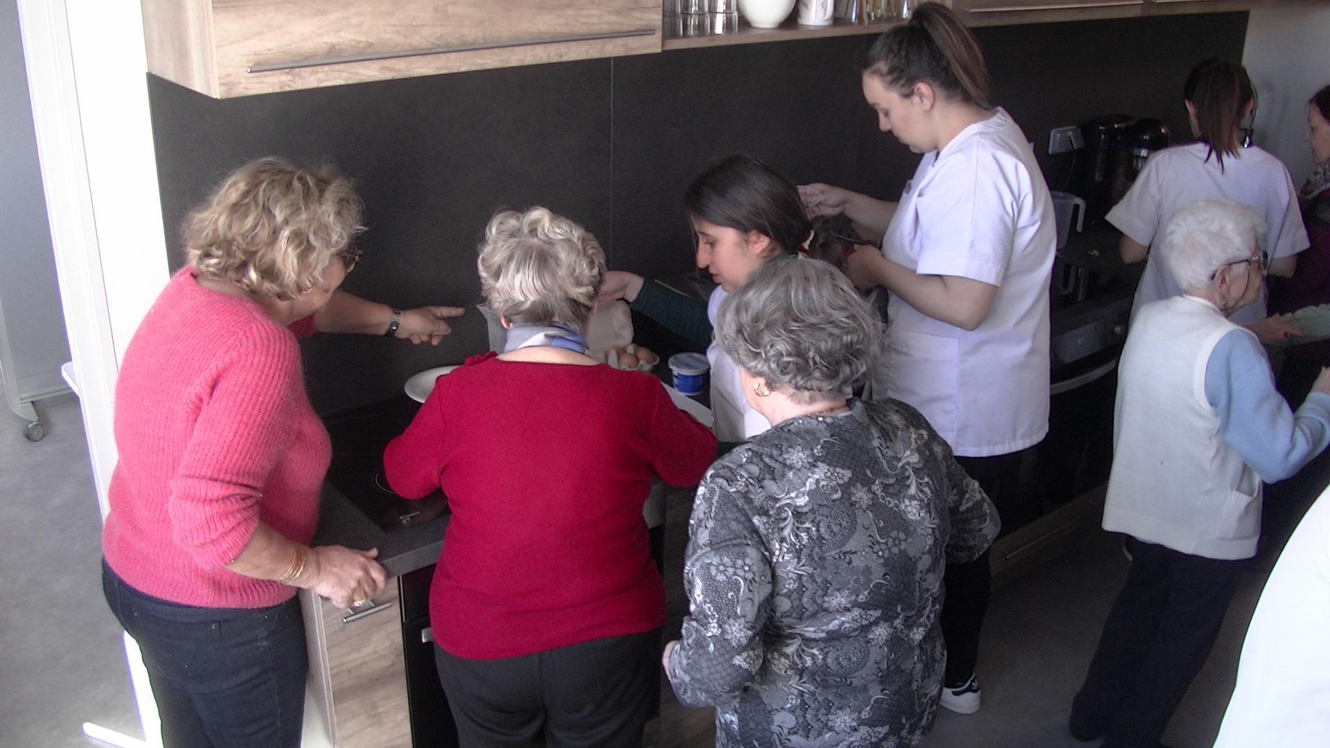 Jeunes et anciens autour d'un même fourneau à A Casa di L'Anziani à Bastia