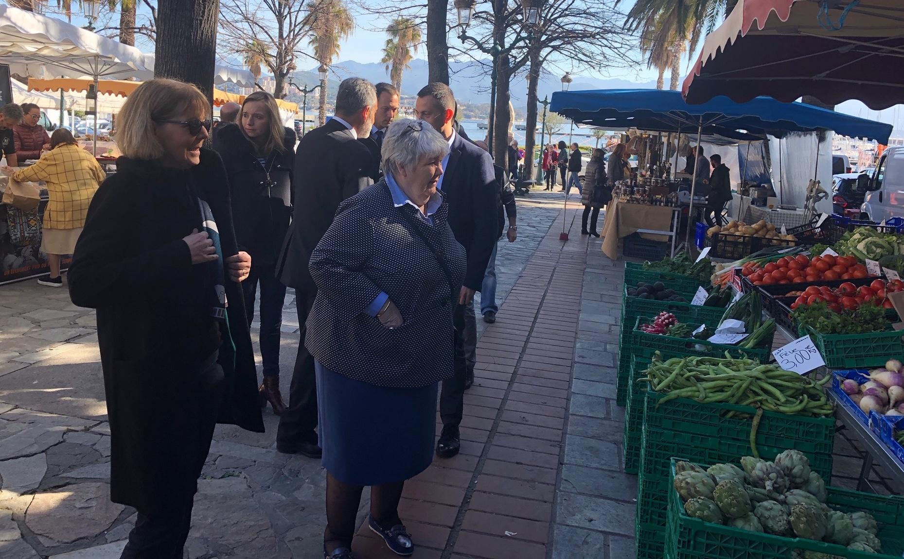 Jacqueline Gourault sur le marché d'Ajaccio