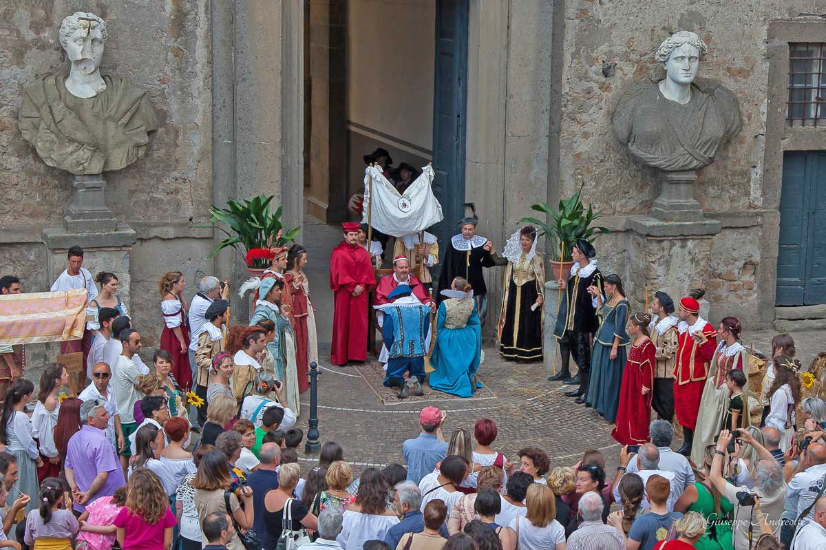 Le spectacle historique de I Mercatini del seicento de Bassano-Romano devant le Palais