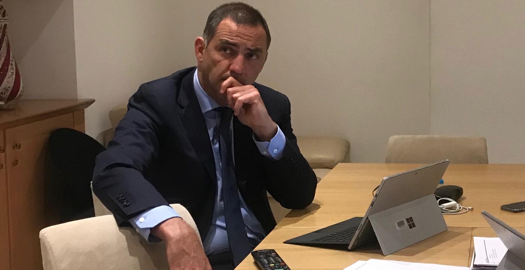 Le président du Conseil exécutif de la Collectivité de Corse, Gilles Simeoni, en train de regarder le débat de Cuzzà à la télévision dans son bureau à Aiacciu.