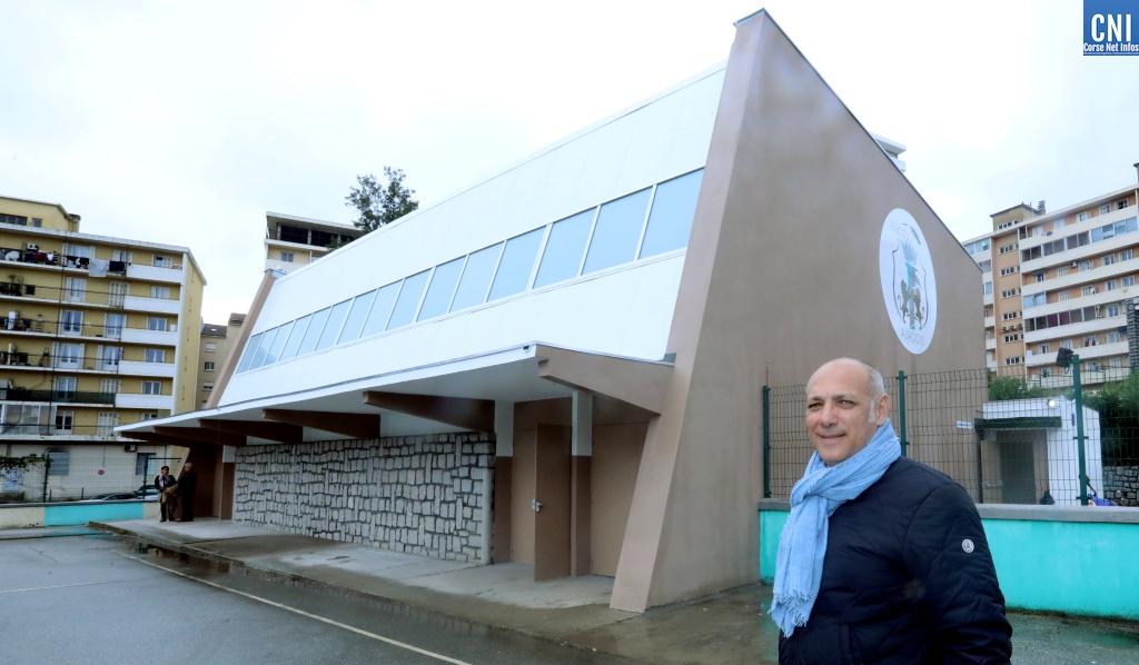 Stéphane Vanucci devant le nouveau gymnase à L'école Saint Jean (Photo Michel Luccioni)