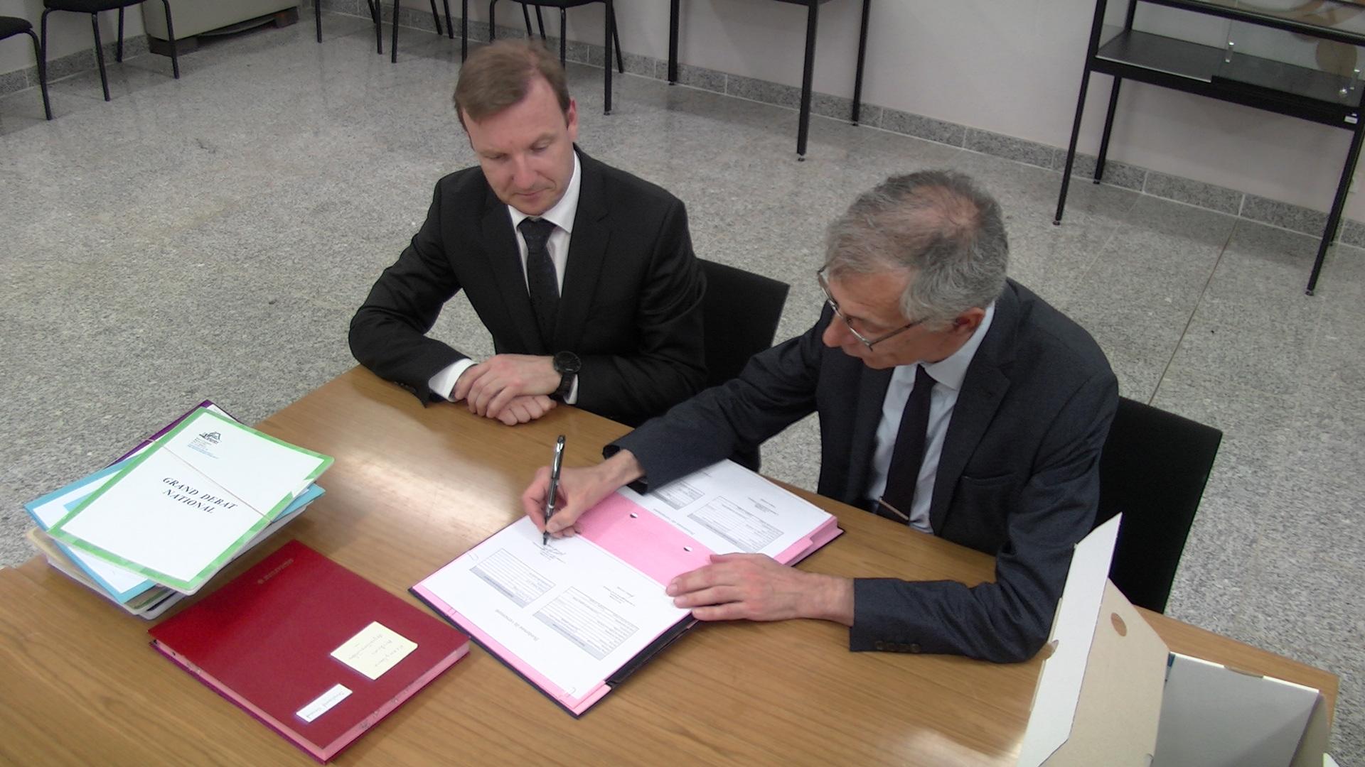 Frédéric Lavigne (à gauche) et Dominique Devaux ont signé mercredi le bordereau de versement aux archives de la Haute-Corse des 51 cahiers citoyens.
