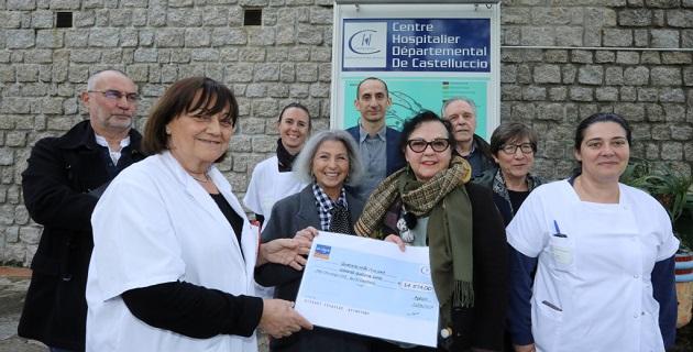 Un chèque remis par la ligue au pôle oncologie/ Photo Michel Luccioni