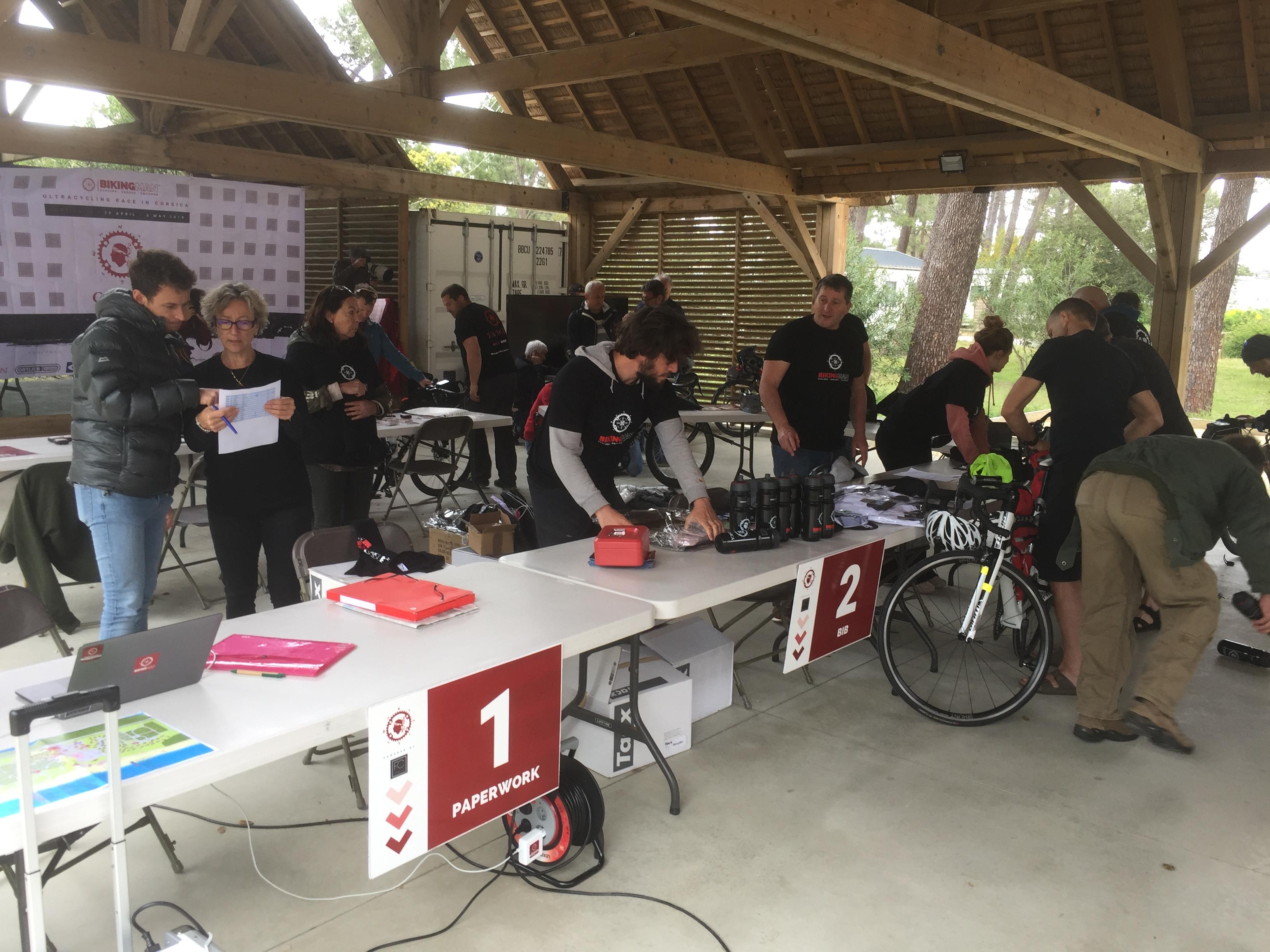 "Axel Carion et toute son équipe lors du ""cheeking"" ce dimanche au camping San Damiano à Biguglia"