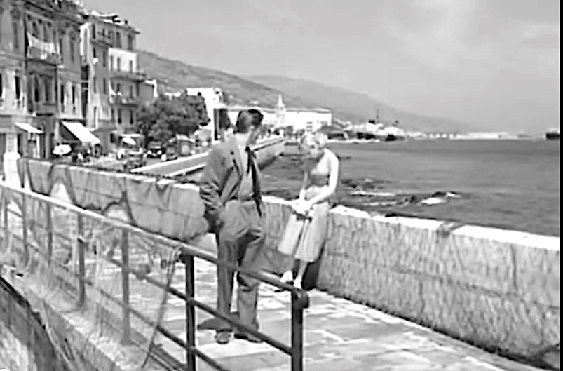 """Bastia en 1956 pendant le tournage du film """"Cela s'appelle l'aurore"""", Lucia Bosè et Georges Marchal sur le quai des martyrs. Au loin la façade caractéristique du Cinema Le Paris, disparu aujourd'hui."""