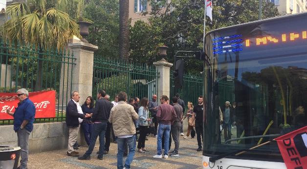 Les grévistes de Muvistrada devant la préfecture d'Ajaccio