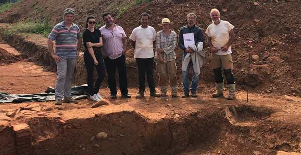 L'équipe de fouilles autour de Laurent Sévègnes et Hervé Petitot.