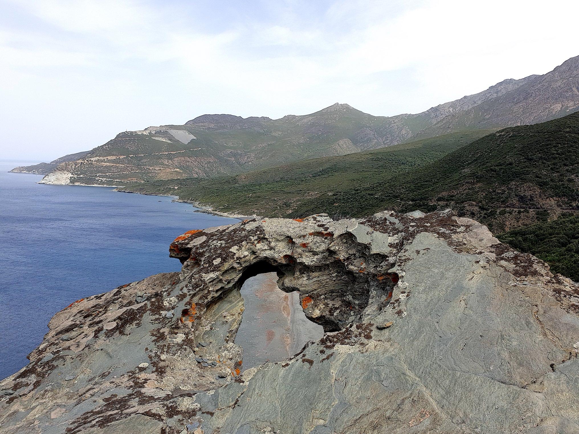 La photo du jour : La plage de Nonza dans un trou de... rocher
