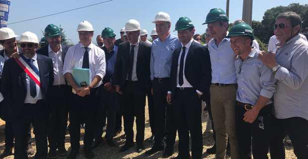 Le président de la Chambre d'agriculture de Haute-Corse, Joseph Colombani, avec le Le ministre de l'agriculture et de l'alimentation, Didier Guillaume, et les élus locaux sur le chantier du futur siège des Chambres d'agriculture à Vescovato.