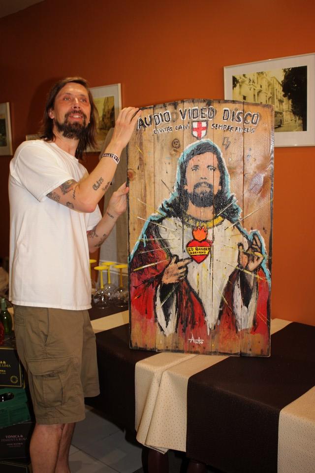 Pedro Winter devant l'oeuvre d'Anto fils de pop
