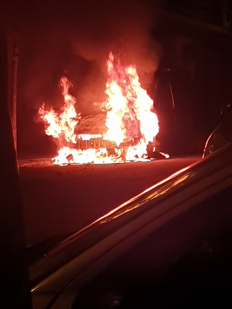 Ajaccio : des individus incendient un véhicule et s'enfuient