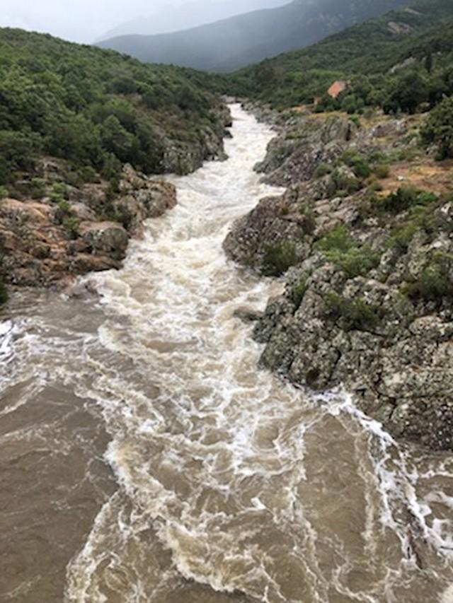 Impressionnantes sont les images de la rivière du Fangu