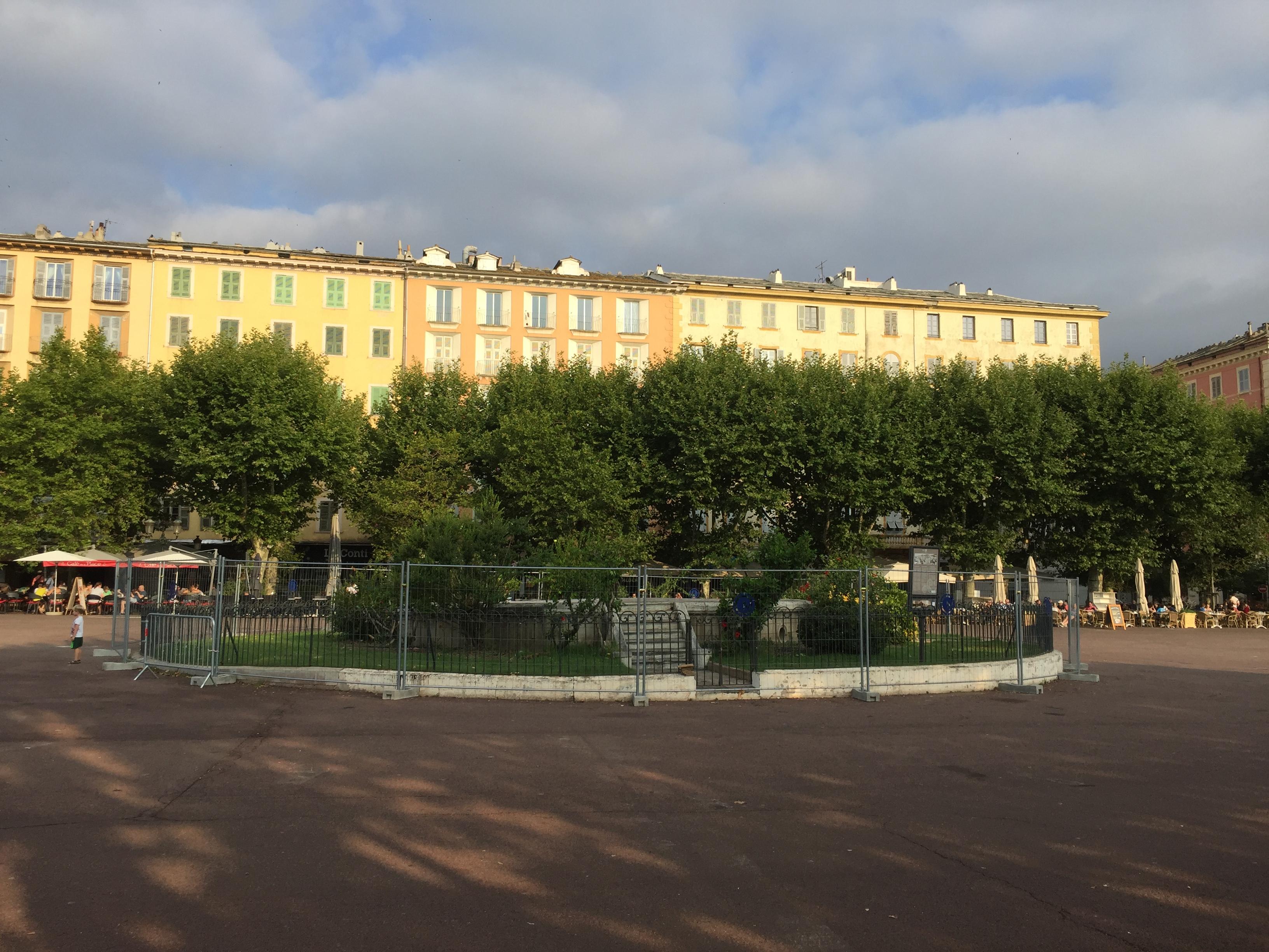 La place St Nicolas parait désormais bien vide sans son kiosque...