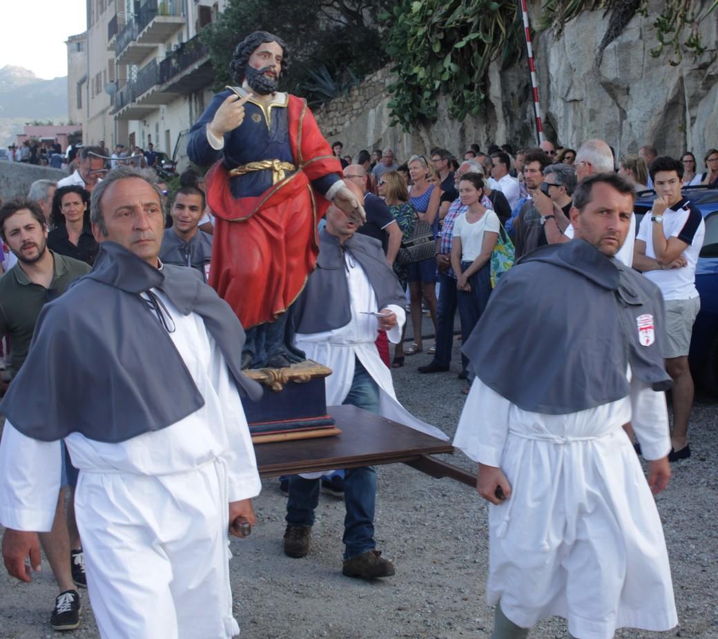 Thierry Ricco (à droite) portant la statue de Saint-Vincent