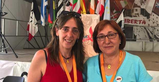 Montserrat Puigdemont, sœur de Carles Puigdemont et représentante de l'Association catalane pour la défense des droits civils, accompagnée de Conxita Bosch, responsable des relations internationales de Solidaritat Catalana pour l'indépendance, aux 38èmes Ghjurnate Internaziunale de Corsica Libera à Corti.