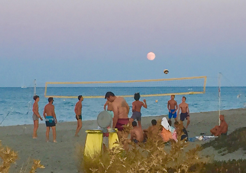 Plage de La Marana : quand la Lune se prend pour un ballon de Volley