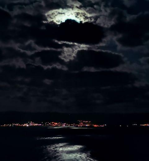 La lune traverse les nuages dans le golfe d'Ajaccio (Olivier Perrini)