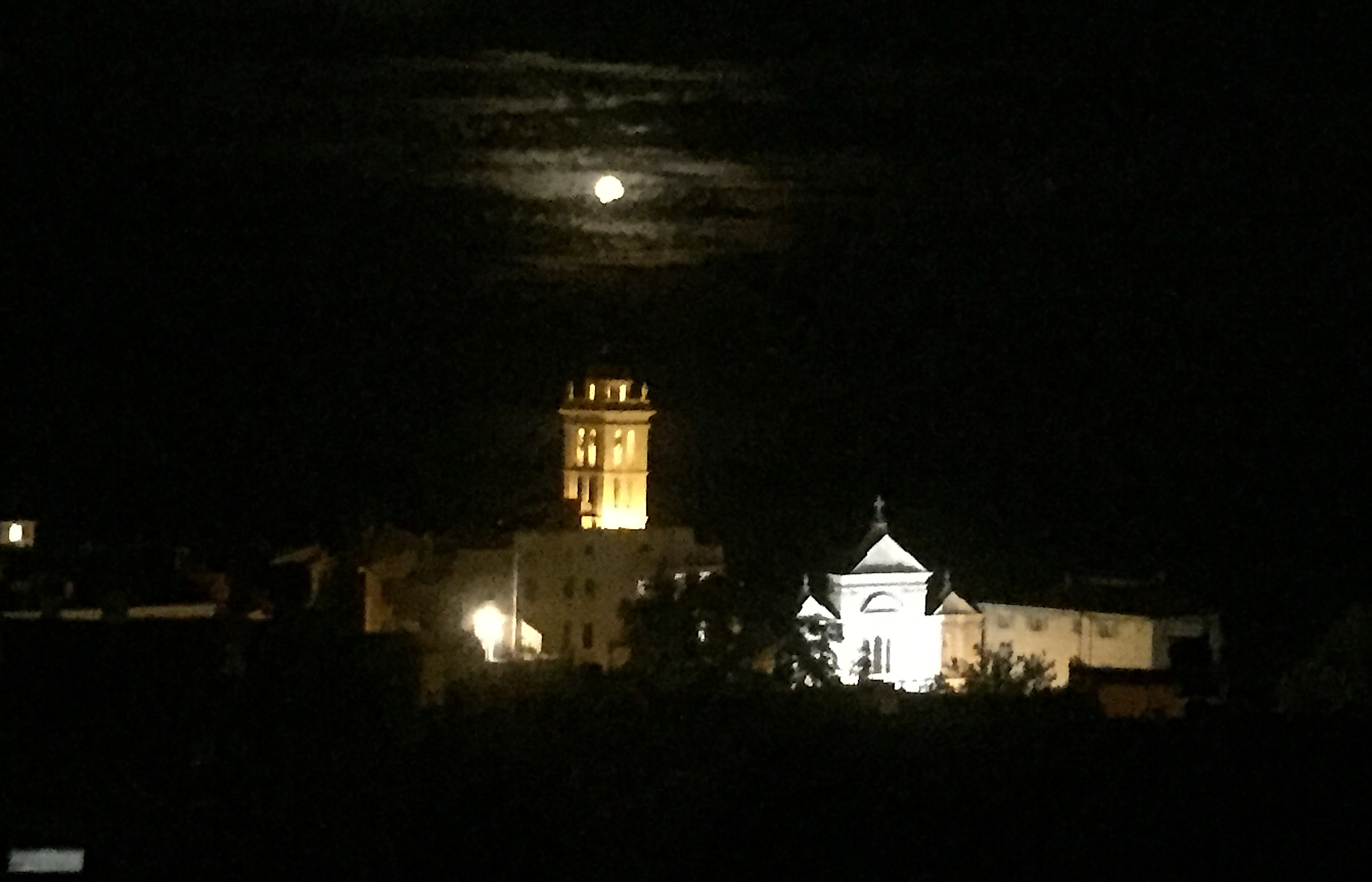 La photo du jour : la Lune comme un point sur  i au dessus de Santa Maria