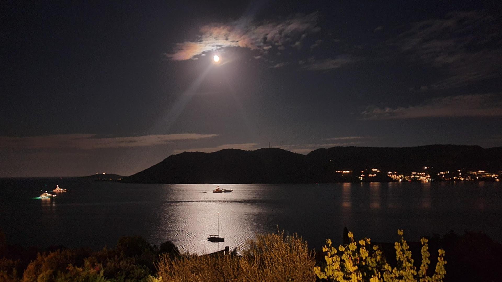 Bateaux  dans clair de lune à  Porto-vecchio.  Photo Maryse Filippi