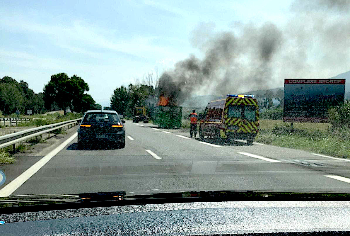 Biguglia : benne en feu au bord de la route territoriale