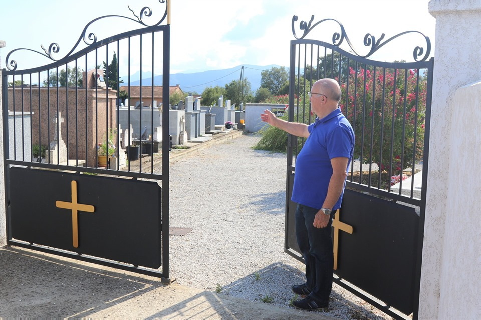 Francis Giudici devant le cimetière de Ghisonaccia
