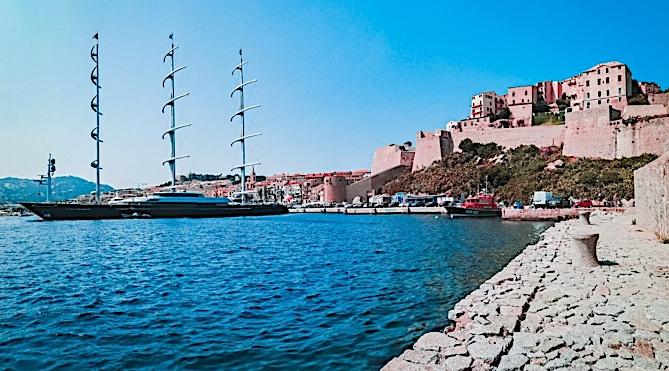 "Le ""Maltese Falcon"" impressionnant au quai de l'ancien port de commerce de Calvi"