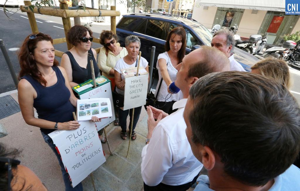 Lors de cette inauguration, des riverains demandent au maire plus d'arbres dans la ville.