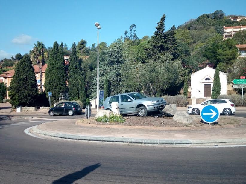 Porto-Vecchio : la voiture dans le rond-point