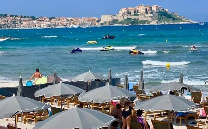 81 transats et parasols saisis dans un établissement de plage à Calvi