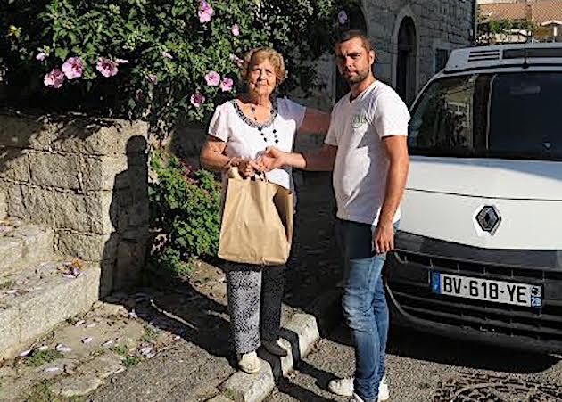 Jean-Pascal de Rocca Serra, agent de la Communauté de communes de l'Alta Rocca livrant son panier-repas à Mme Françoise Cuercq-Maestrati, habitante de Levie © CCAR.