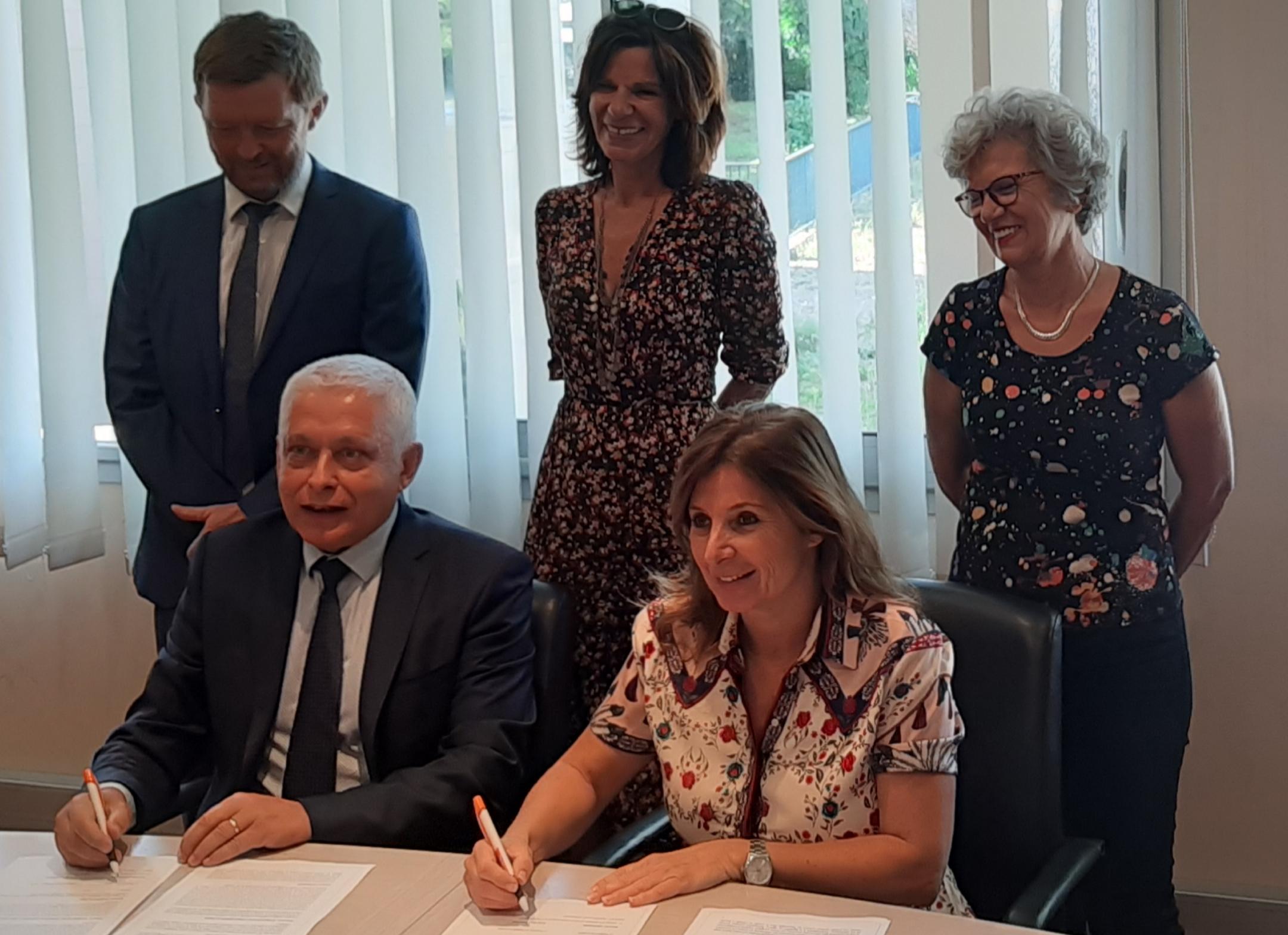 Alexandre Vinciguerra, directeur de la Cadec et Marie-Pierre Bianchini, directrice par intérim de l'Odarc signent le partenariat