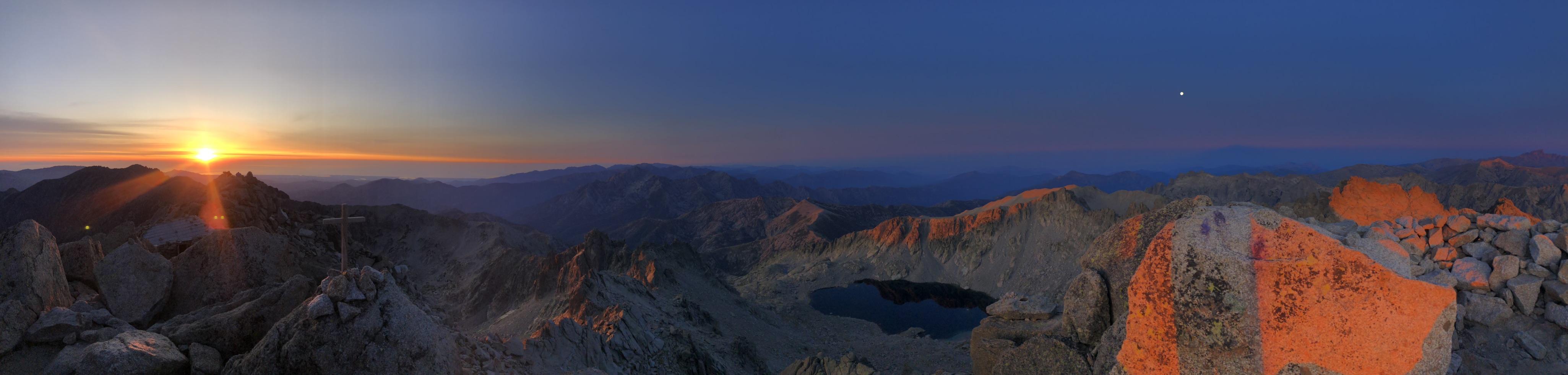 La photo du jour : lever du Soleil vu du sommet du Rotondu
