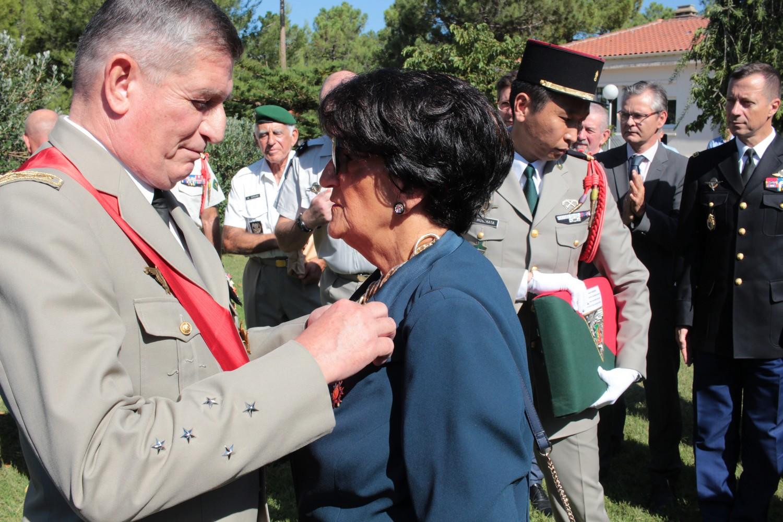 Jeannine Maraninchi décorée par le Général Puga
