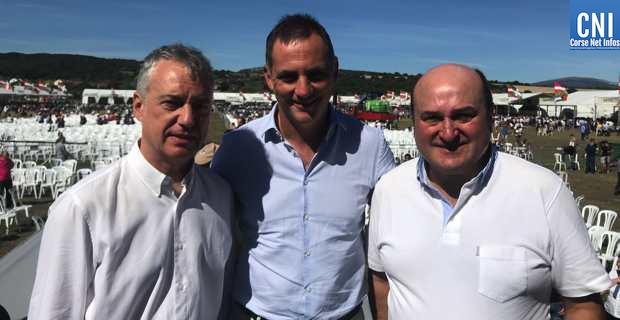 Gilles Simeoni entouré de Andoni Urtuzar et Inigo Urkullu.