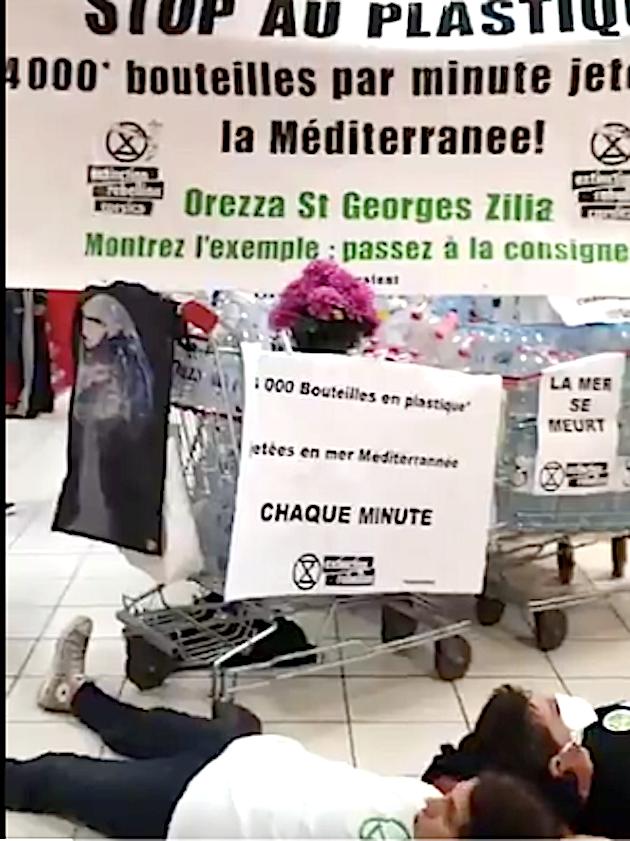 Extinction Rébellion Corsica en action dans un hyper marché de la région bastiaise