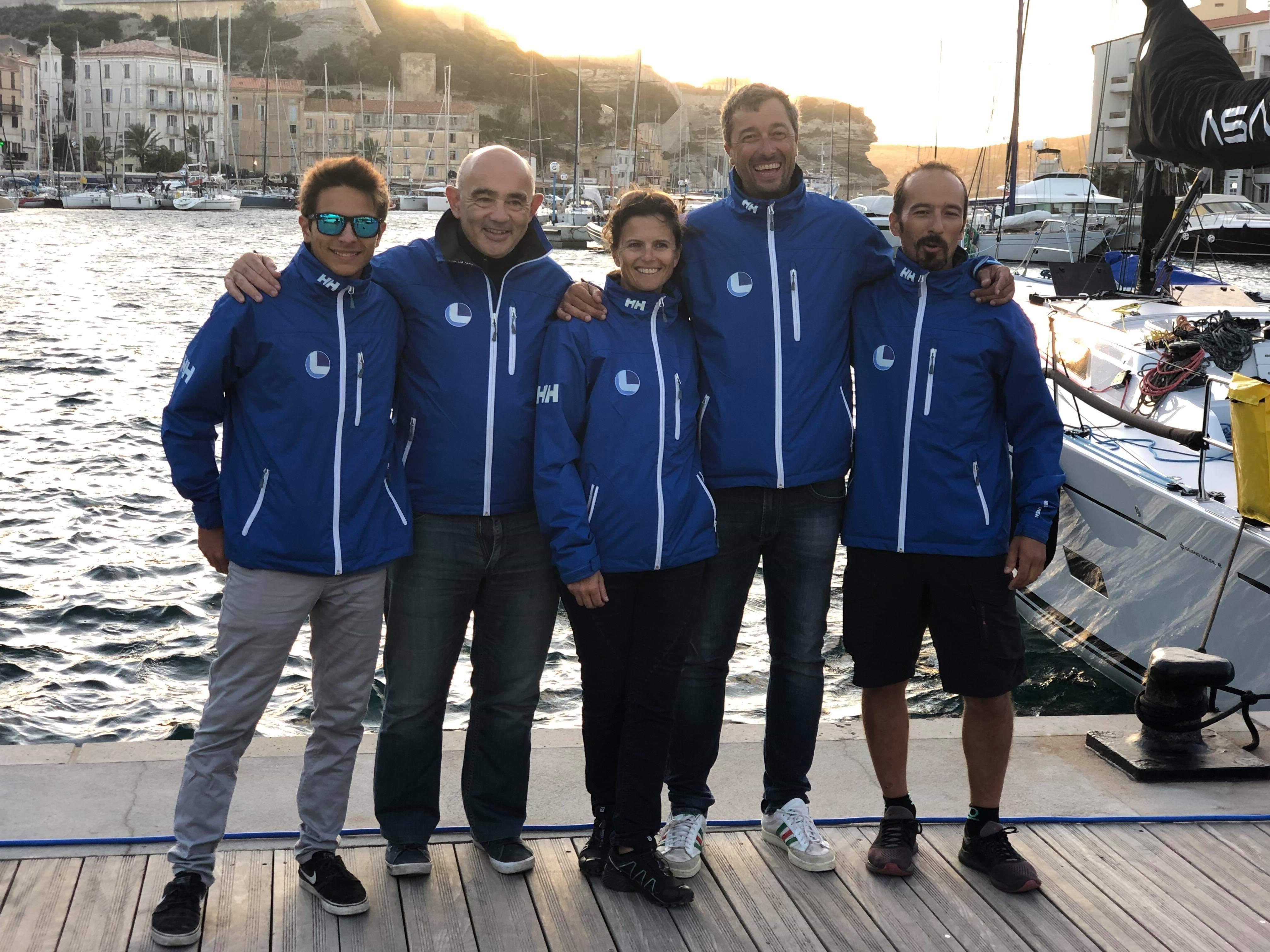 """L'équipage calvais """"Labbe Team Manureva""""  skippé par """"Manu"""" Santelli (4e en partant de la droite)"""