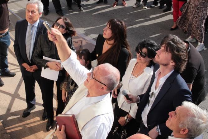 Bénédiction de la plaque par l'anné Ange-Michel Valery entouré de la famille et du maire de Calvi