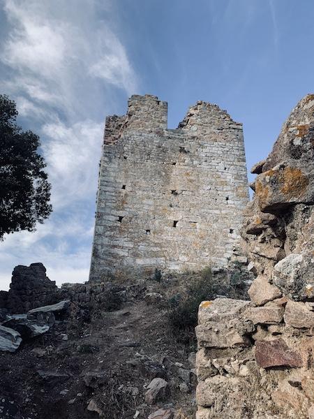 Tour du Castellu di Seravalle.  Construite au 11 eme siecle. Popolasca.  Pierre Léoni
