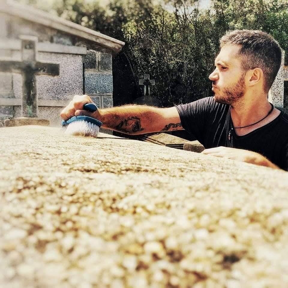 «Sempre qui» : l'entreprise qui entretient les tombes des défunts à votre place