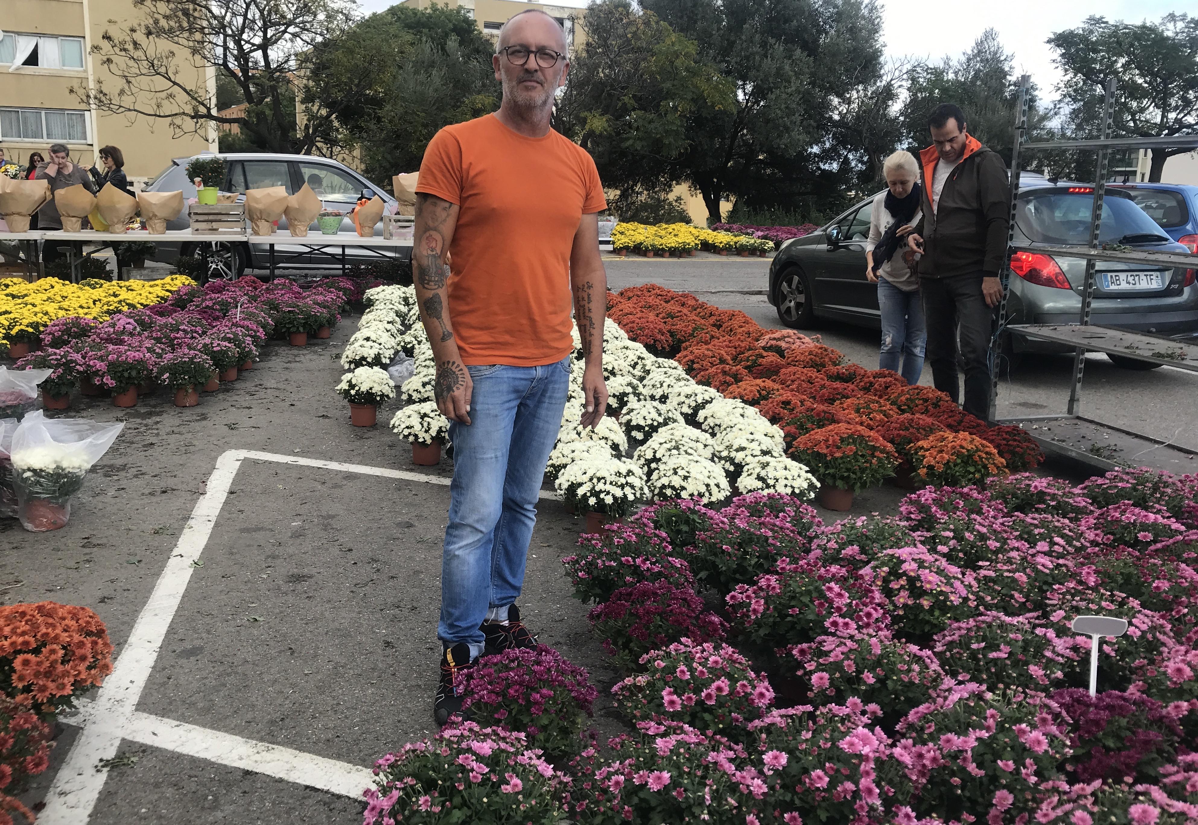 Chaque année, André vend 4000 pots de chrysanthèmes, un record national.