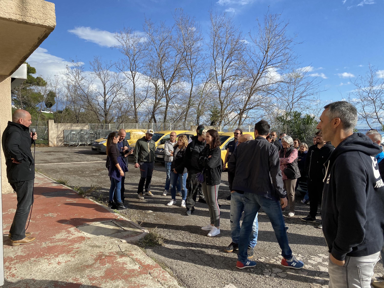 Les facteurs en grève étaient rassemblés ce matin devant le centre de courrier.