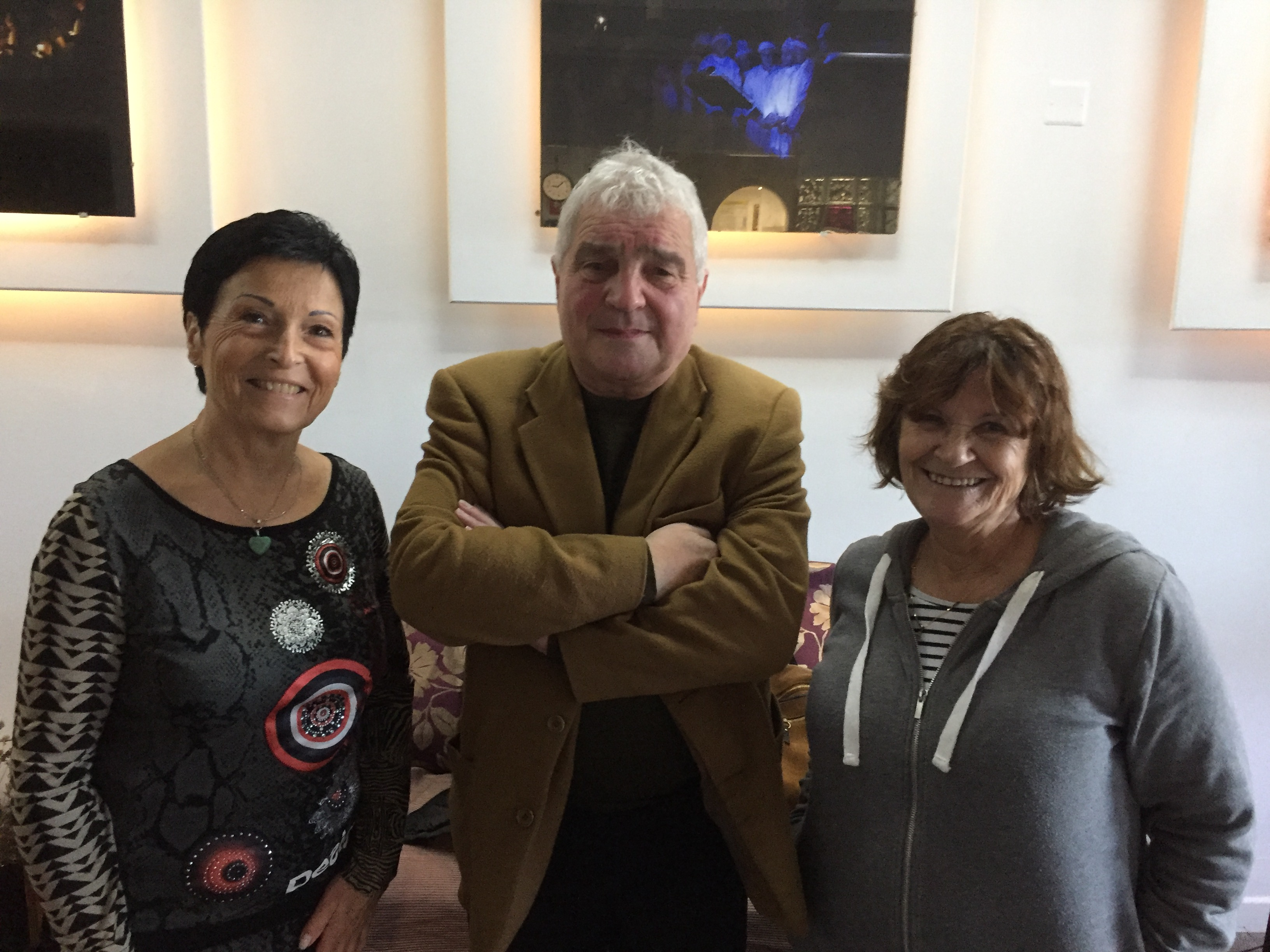 Le professeur Belpomme entouré de Geneviève Serre (Association La Clé d'Or), à gauche et Patrizia (association Umani) à droite.