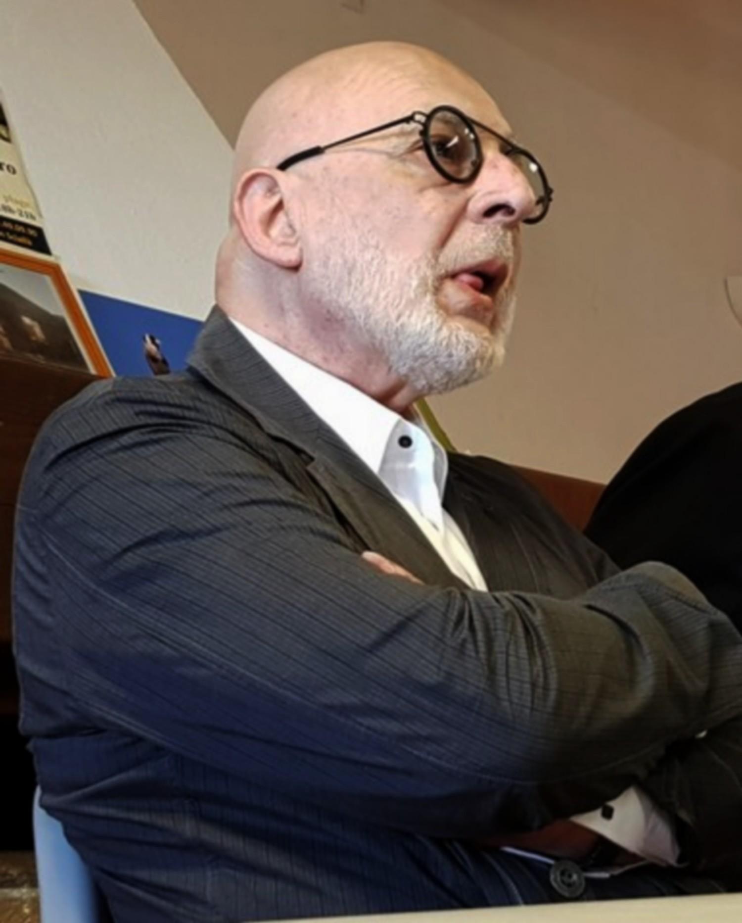 Le Dr Philippe Renault lors d'une réunion de soutien à Lumio, suite aux agressions verbales dont il a été victime en 2018