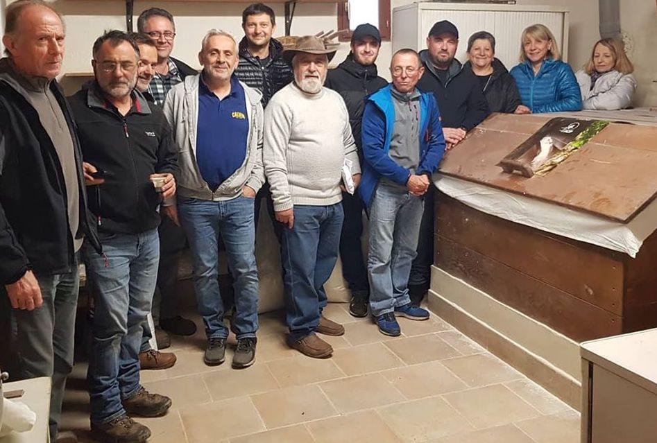 Les défenseurs du label AOP Farine de Châtaigne Corse-Farina Castagnina Corsa rassemblés vendredi en milieu d'après-midi à Campile au moulin d eJean-Marie Vecchioni