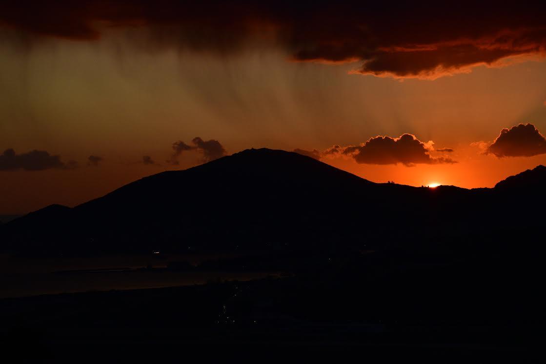 Un peu de pluie et un tout petit peu de Soleil qui se couche au Nord d'Ajaccio. (Antoine de Seze)