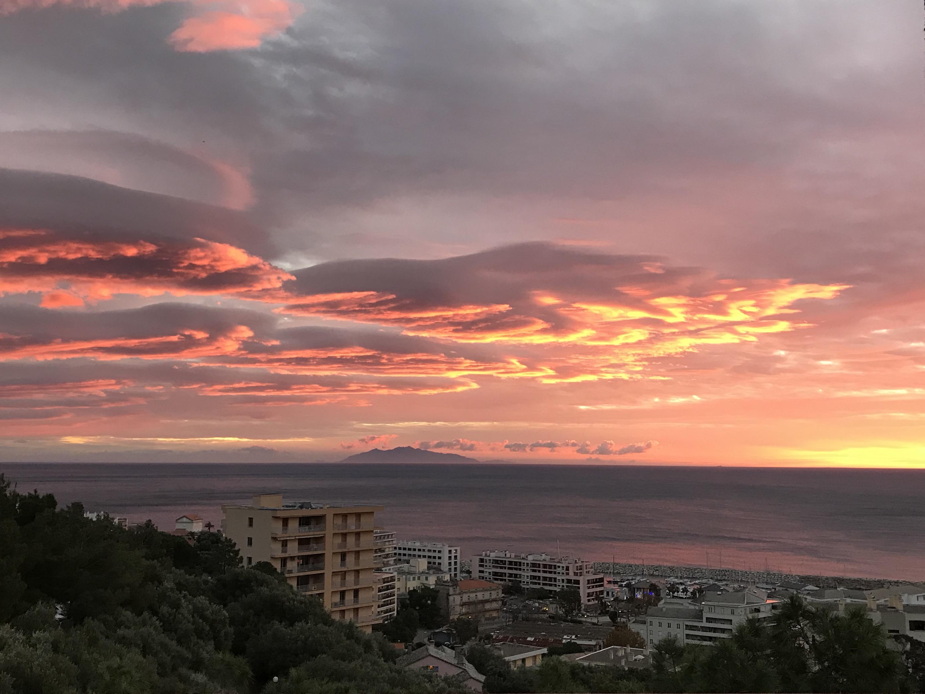 La photo du jour : le ciel de Bastia au petit matin